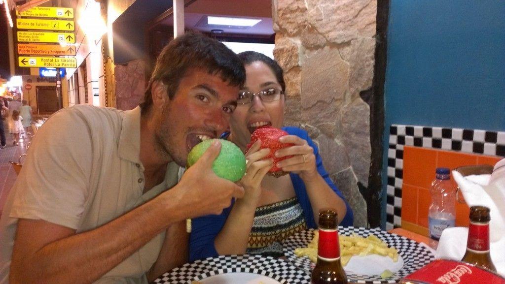 """Burguer de colores en el """"Café Dadá"""" situado en la Costilla"""